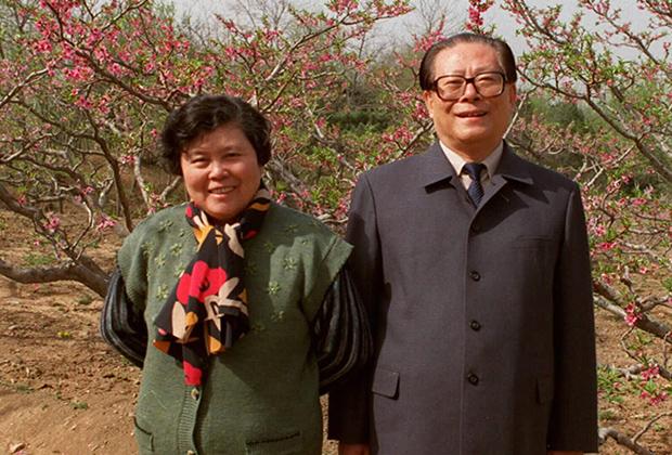 Настоящим модным революционером стал лидер третьего поколения китайских управленцев Цзян Цзэминь, который первым среди лидеров КНР надел европейский костюм и повязал галстук. Впрочем, для внутреннего пользования и во время визитов к союзникам Поднебесной Цзэминь вспоминал и про френч Мао.