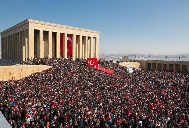 Тело Ататюрка забальзамировали и выставили в Этнографическом музее в Анкаре. Только в 1953-м его перенесли в мавзолей «Аныткабыр». <br><br> Дни памяти Мустафы Кемаля — 19 мая и 10 ноября. В эти дни тысячи турок с флагами и портретами Ататюрка приходят к его мавзолею.
