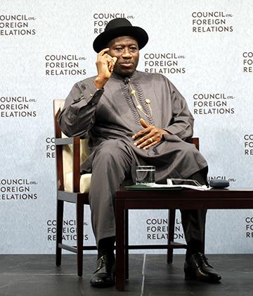 Экс-президент Нигерии Гудлак Джонатан — настоящая икона африканского стиля. Политик прекрасно смотрелся и в европейском костюме, но чаще отдавал предпочтение этибо — национальному платью из дельты Нигера.