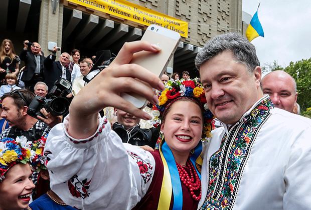 Петр Порошенко— один из первых президентов Украины, который стал надевать вышиванку на официальные мероприятия. Его предшественники вспоминали о национальной одежде исключительно 17 мая —на День вышиванки.