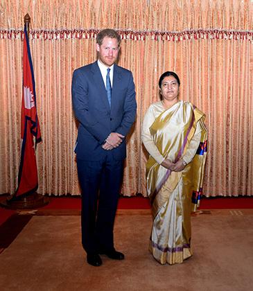 Президент Непала Бидхья Деви Бхандари надевает сари почти на все официальные мероприятия. Визит британского принца Гарри в страну не стал исключением.