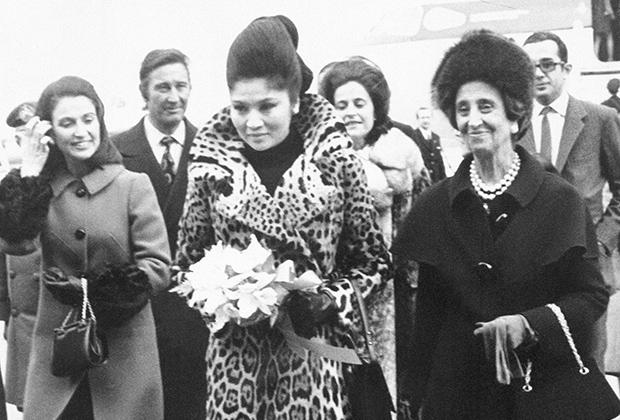 Жена филиппинского диктатора Имельда Маркос вместе с Кармен Франко и ее дочерью