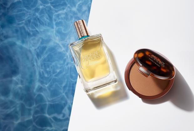 Компания Estée Lauder, как и каждый год, пополнила свою летнюю коллекцию Bronze Goddess: в ней появились новые оттенки бронзажа, теней и румян. Образ дополняет тонкий аромат одноименной туалетной воды.