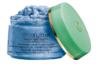 В состав скраба, похожего на мороженое-сорбет голубого цвета, входят натуральные компоненты: сардинская морская соль Fleur de Si, экстракт можжевельника, компоненты смолы, кунжута и масло виноградных косточек. Создатели обещают, что средство будет тонизировать кожу и отшелушивать омертвевшие клетки.