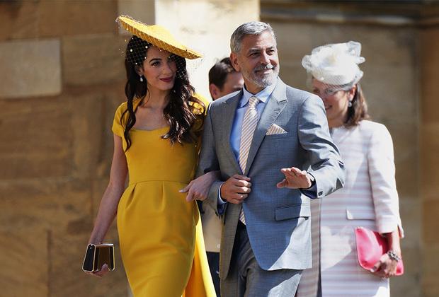 Молодожены решили не звать на свадьбу политиков, поэтому ни премьер-министра Великобритании Терезы Мэй, ни президента США Дональда Трампа на торжестве не было. Зато присутствовали многие звездные друзья молодой пары— Джордж Клуни, Дэвид и Виктория Бэкхемы и Идрис Эльба.