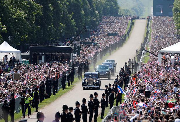 А 1200 счастливчиков, специально отобранных со всех уголков Великобритании, пропустили даже на территорию Виндзорского замка. Принц Гарри и Меган Маркл попросили позвать «людей из разных слоев населения и разных возрастов, продемонстрировавших лидерские качества и послуживших своим графствам». Однако гостей-простолюдинов попросили взять еду с собой, аргументировав тем, что на всех ее может не хватить.