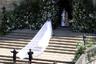 Платье Меган Маркл от французского модного дома Givenchy стоило около 550 тысяч долларов (около 34,3 миллиона рублей). Это почти вдвое дороже, чем платье Кейт Миддлтон, купленное ей родителями. Маркл заплатила за свой наряд сама.