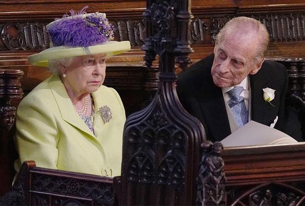 Королева Великобритании Елизавета II официально одобрила выбор внука и благословила его на брак с актрисой. Меган Маркл прошла самую главную проверку: она понравилась корги королевы, после чего отказать ей было решительно невозможно.
