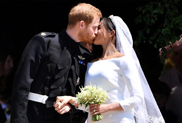 Гости назвали королевскую свадьбу самой яркой за все время правления Елизаветы II. Принц Гарри не скрывал своих эмоций— когда он увидел невесту в свадебном платье, он сказал: «Я так по тебе скучал, ты выглядишь превосходно!»