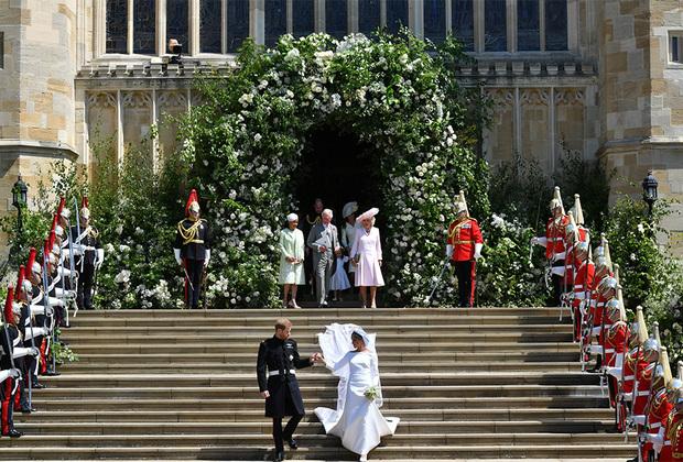 После свадьбы принц Гарри получил титул герцога Сассекского, а его супруга стала ее королевским высочеством герцогиней Сассекской.