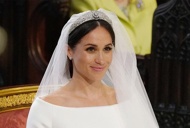 Невеста выбрала тиару, которая принадлежала королеве Марии, бабушке Елизаветы II. В центре украшения находился сапфир, но королевские ювелиры для образа Меган Маркл заменили его на бриллиант.