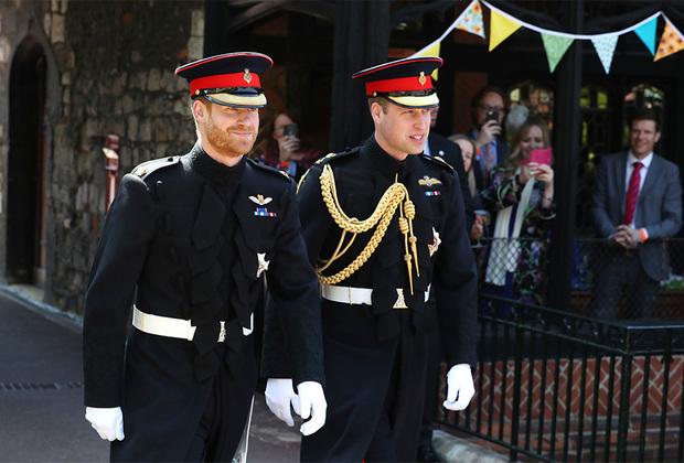 Принц Уильям некоторое время колебался, идти ли на свадьбу к брату или на финальный матч Кубка Англии, так как он является президентом Английской футбольной ассоциации. Но родственные чувства взяли верх, и он таки сыграл роль свидетеля на торжестве, как в свое время сделал младший брат на его свадьбе.