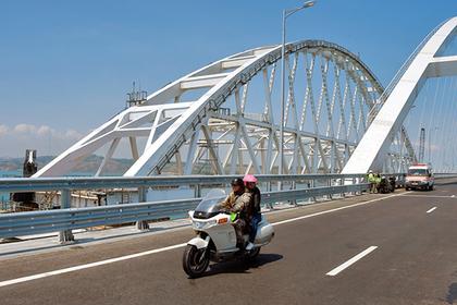 Стремление к селфи на Крымском мосту превратило россиян в девиантов