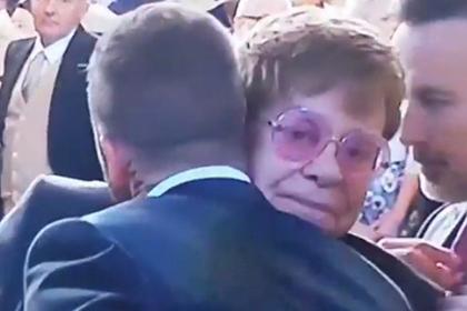 В сети удивились странному поцелую Элтона Джона и Дэвида Бекхэма