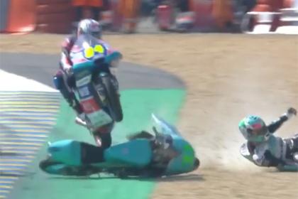 Гонщик подлетел на мотоцикле соперника и избежал аварии «самым безумным» образом