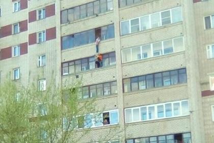 Мальчик полчаса провисел на балконе шестого этажа в Кирове