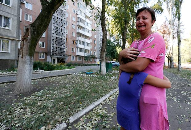 Женщина в Донецке после обстрела города украинской армией