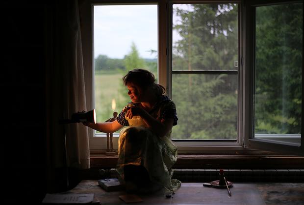 Вика — приемная дочь одной из сотрудниц Светланы, англичанки Сары Хагнауэр и ее мужа Бориса. У Вики синдром Дауна, она почти не говорит — выражает себя с помощью звуков и так называемых способов альтернативной коммуникации, например — жестов. Любознательная и открытая, она неожиданно может появиться в любом месте деревни, смотрит внимательно и принимает участие во всем, что ей интересно.