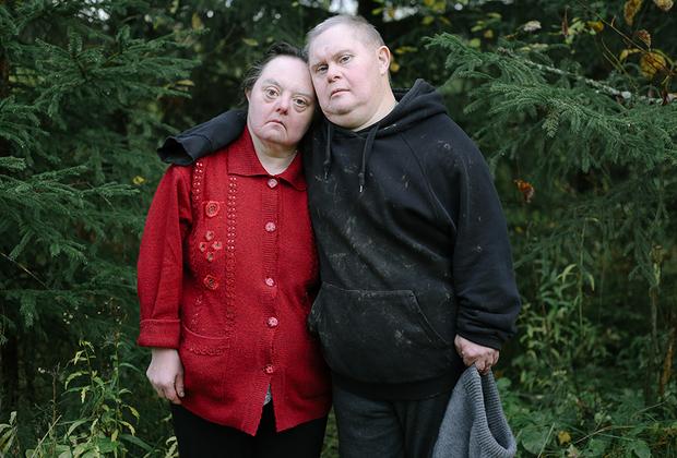 Таня в деревне недавно. Она самая самостоятельная из всех людей с синдромом Дауна в Светлане. Таня ухаживала и провожала в последний путь свою мать, умеет жить одна и решать даже очень сложные задачи. В Светлане она встретила свою любовь — Миню. Он старожил Светланы, живет здесь уже почти двадцать лет. Умеет и любит работать, но в последнее время у него проблемы со здоровьем. На стенах комнаты, в которой живет Миня, яркие картины и фотографии любимой Тани. Часто тут же сидит кошка Море, еще котенком подобранная на Ладожском озере.