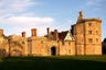 Замок Торнбери — одно из красивейших зданий в Англии и единственный замок эпохи Тюдоров, превращенный в полноценный отель. На портале Booking.com, которому недавно пригрозили блокировкой в России, его скромно называют «загородный дом».