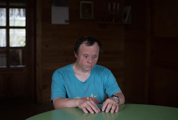 Сергей в деревне живет давно. Родился он в семье художника, в городке на юге России. Когда родители умерли, остался с сестрой, которая решила уехать за границу. Квартиру она продала, поэтому Сергею пришлось переехать в Светлану. Спокойный и молчаливый, он никому не отказывает в помощи, очень трудолюбив. Его самая большая мечта — снова жить дома, с родными. Сергей понимает, что это невыполнимо, и понимает, что деревня Светлана — тоже его дом.