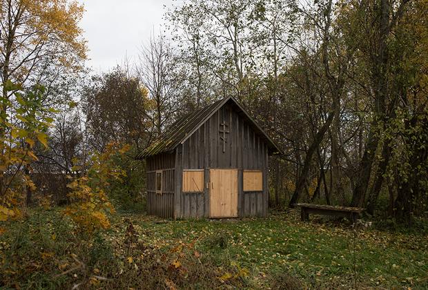 Часовня рядом с деревней Светлана. В деревне живут люди разной религиозной принадлежности. Некоторые ее обитатели посещают эту часовню.