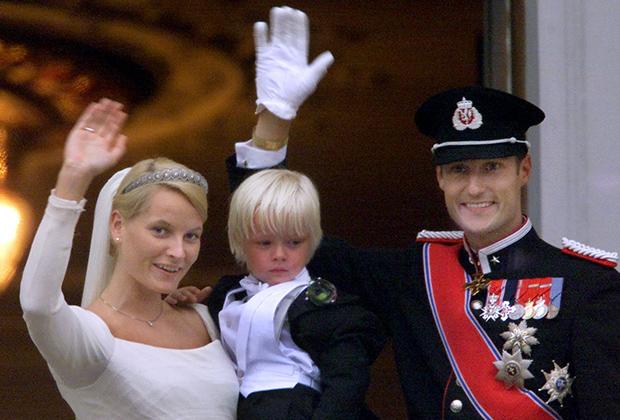 Свадьба норвежского кронпринца Хокона и кронпринцессы Метте-Маррит (на фото с сыном Мариусом)