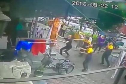 Водители поймали упавшего с пятого этажа мальчика в простыню