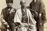 В 1864 году сегуны отправились во Францию, чтобы обсудить открытие японских портов для международной торговли. Гаспар Феликс Турнашон (Надар) сделал снимок посланников Каважу Сукекуни (в центре) и Каваду Хирому (справа) вместе с Сигизмоном-Фредериком де Беркхеймом, командиром конной артиллерии французской императорской гвардии.