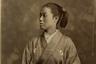 В 1873 году была основана ассоциация фехтования Gekken-kai, куда вошли представители самурайского сословия, в том числе женщины. Они демонстрировали свои боевые навыки в представлениях по всей Японии и были особенно популярны. Хотя используемые женщинами копья и кинжалы были частью самурайского арсенала, оружие часто передавалось в наследство дочерям японских аристократов, которые должны были уметь защищать свою семью.