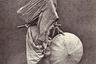 Реставрация Мэйдзи лишила самураев общественного авторитета, статуса государственных служащих и других привилегий. Многие потерявшие покровительство становились ронинами (деклассированными самураями). Падение жизненного уровня заставляло их заниматься ремеслами простолюдинов и бродяжничеством или сдавать в аренду мечи ради пропитания.