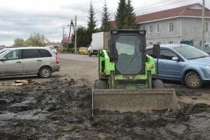 Омич застрял на машине в грязи, угнал другую и снова застрял