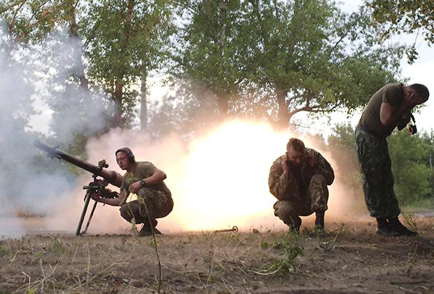 Украинские военные отвечают на обстрел со стороны ополченцев ДНР