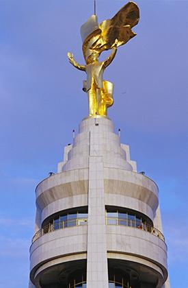 Позолоченный памятник Туркменбаши