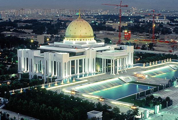 Дворец президента Республики Туркменистан Сапармурата Ниязова в Ашхабаде