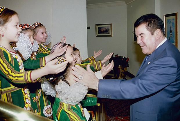 Президент Туркмении Сапармурат Ниязов во время церемонии открытия Дворца «Рухнама»