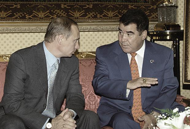Президенты России и Туркменистана Владимир Путин и Сапармурат Ниязов во время встречи в Ашхабаде в 2000 году