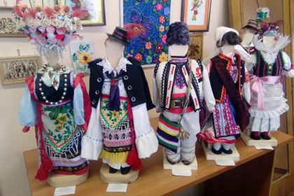 Красноярские школьницы создали коллекцию нарядов более ста народов мира