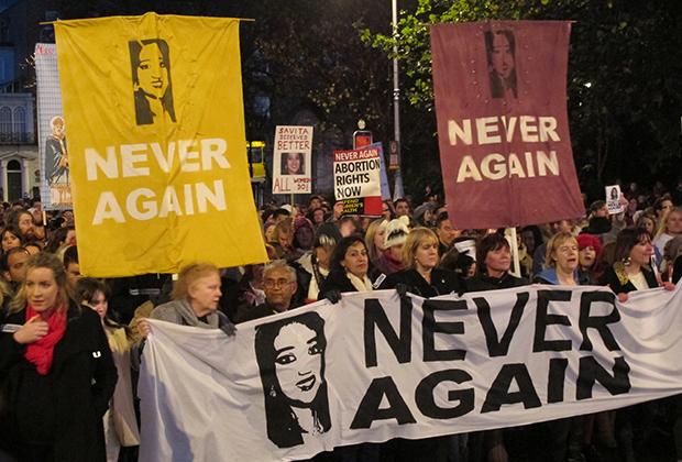 Протестующие с портретами Савиты Халаппанавар прошли по улицам Дублина