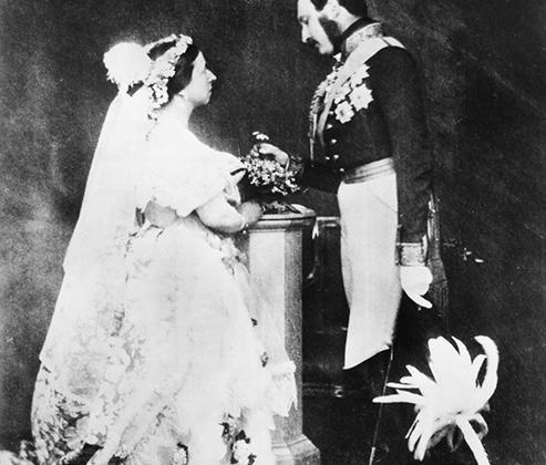 Королева Виктория и ее возлюбленный Альберт Саксен-Кобург-Готский, который приходился ей двоюродным братом, поженились в 1840 году. В то время свадьба между родственниками не считалась чем-то неординарным, зато своеобразный наряд, который Виктория надела на церемонию, шокировал всех. В день свадьбы девушка предстала перед изумленной публикой в несвойственном для той эпохи белом платье, украшенном белоснежными цветками апельсина.  <br><br> Пренебрежение традицией было с восторгом воспринято модным обществом и стало примером для подражания во всем мире.