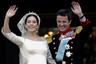 Австралийке из простой семьи Мэри Дональдсон хватило двух минут, чтобы очаровать одного из самых завидных женихов Европы. Девушка даже не подозревала, что молодой человек, который подошел знакомиться к ней в пабе и назвался Фредом, на самом деле — датский принц.  <br><br> Королевская семья поставила жесткие условия юной избраннице, но, несмотря ни на что, в 2004 году она таки стала кронпринцессой Мэри Датской и по сей день успешно справляется с этой должностью.