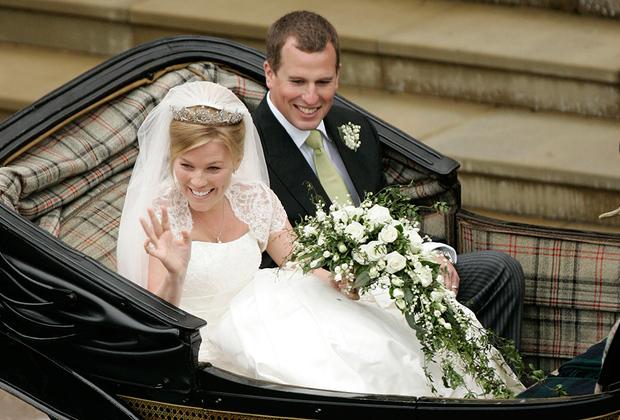 Старший внук британской королевы Питер Филлипс познакомился со своей будущей женой Отэм Келли на Гран-при «Формулы-1». Девушка долго не догадывалась о благородном происхождении молодого человека, а потом случайно увидела по телевизору репортаж о королевской семье.  <br><br> Чтобы стать невестой принца, Отэм пришлось переехать в Великобританию и принять англиканство. Церемония бракосочетания состоялась в 2008 году в Виндзорском замке в присутствии многих членов королевской семьи.