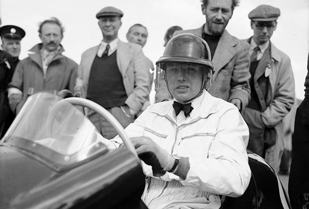 Смешная каска, перчатки как у сварщика, спортивная куртка и неизменная бабочка, — Майк Хоторн готов к старту Гран-при Великобритании 1952 года.
