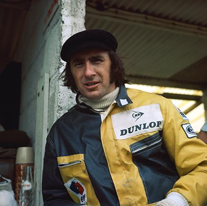 Трехкратный чемпион мира Джеки Стюарт в своей фирменной вельветовой кепке а-ля Джон Леннон. Популярность и безупречный стиль Стюарта привлекли к нему внимание Rolex, и Джеки стал одним из первых пилотов, кому доверили роль посла часового бренда.