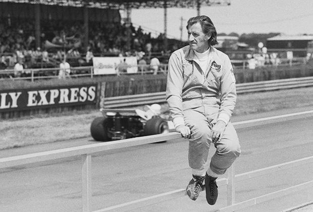 Но 1970-е заставили отрастить волосы и отпустить бакенбарды и Грэма. Хилл основал собственную гоночную команду, но выглядел не хуже своих молодых пилотов.