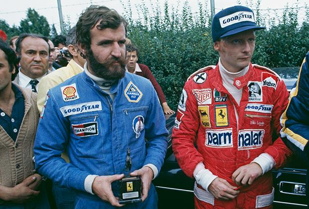 Импровизированная австрийская сборная в 1976 году: главный усач и бородач в истории Формулы-1 Харальд Эртль (слева) и к тому моменту действующий чемпион Ники Лауда. Кадр сделан на Гран-при Италии — первой гонке Ники после тяжелой аварии в Германии, которая едва не стоила ему жизни. До аварии Лауда, как и другие пилоты, носил длинные волосы и бакенбарды, но огонь сделал его лысым.