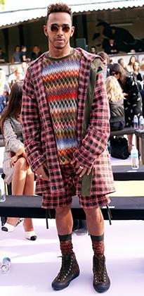 Хэмильтон не боится экспериментов. На показе Missoni на Миланской неделе моды Льюис появился в свитере с этническим орнаментом, клетчатых шортах и куртке.