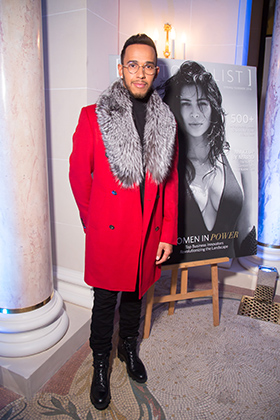 Немного гарлемского шика на Парижской неделе моды весной 2016 года: Льюис не прочь примерить золотую цепь или меха.