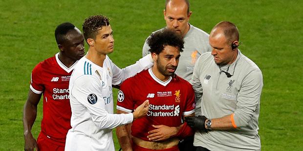 Мохаммед Салах покидает поле в финале Лиги чемпионов