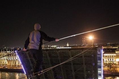 Канатоходец прошел через разведенный Дворцовый мост